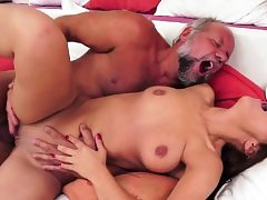 Amateur babe gets her pussy ravaged by oldman