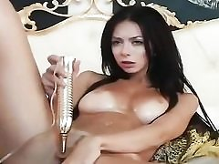 Jummy dark haired babe vibes her pussy